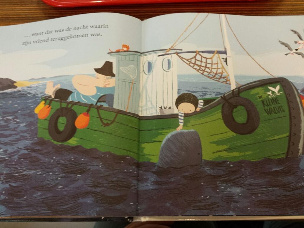 op zee met boot en walvis