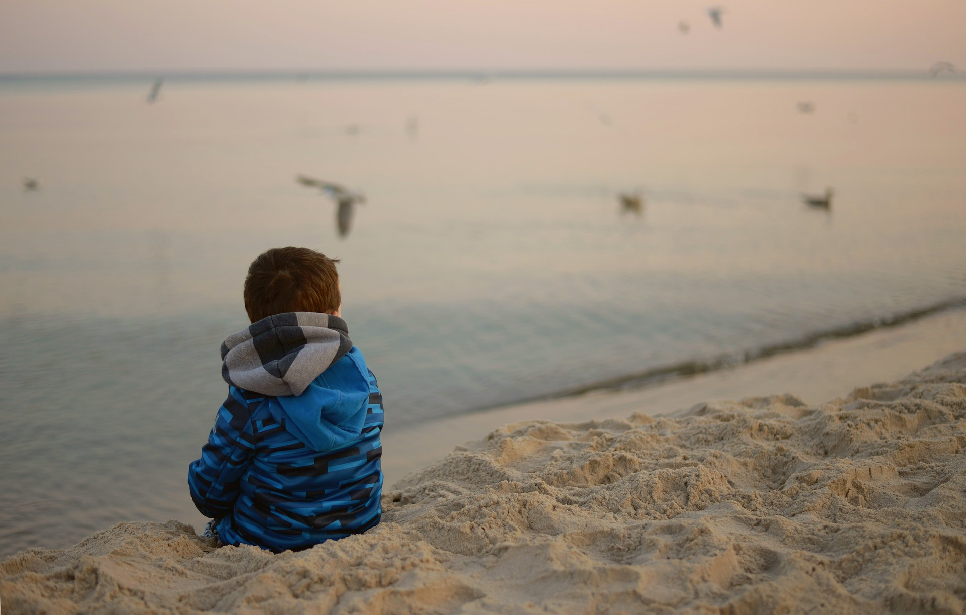 jongen alleen op strand