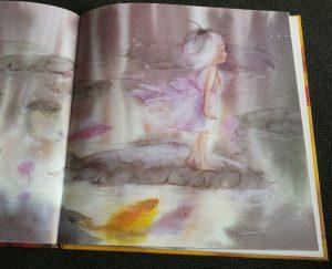 klein meisje op een blad
