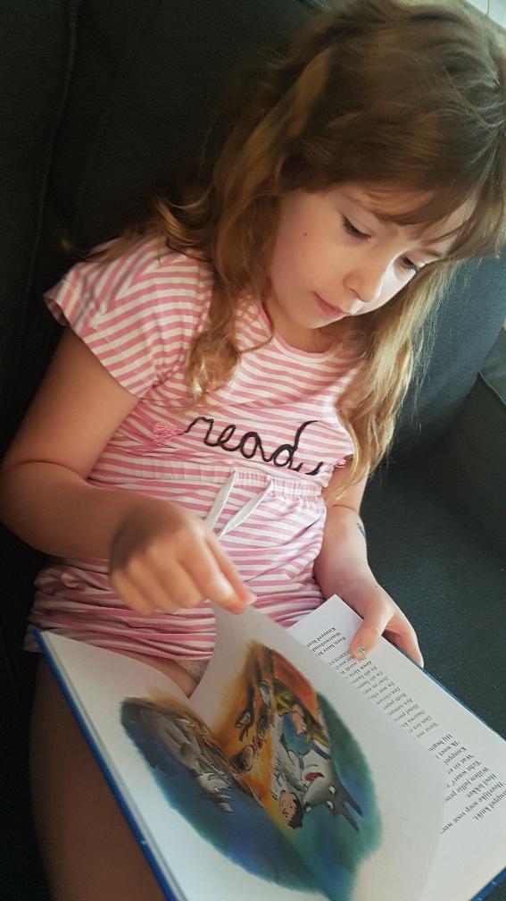 Meisje leest weerwolvensoep Dolfje Weerwolfje 16