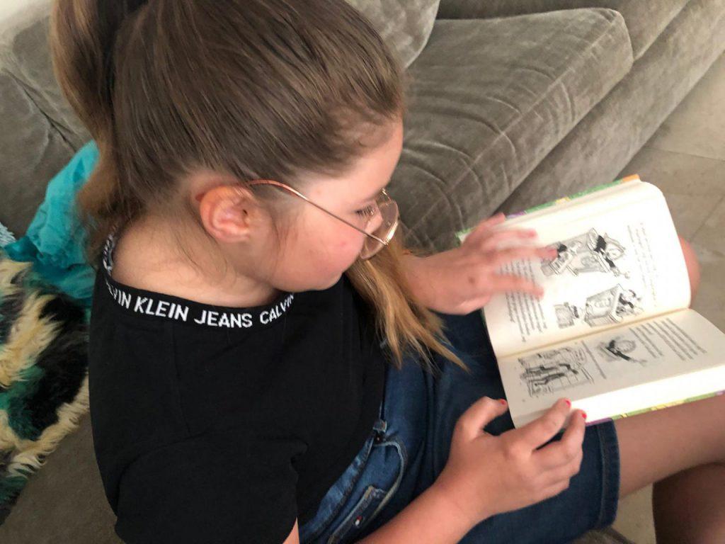 meisje leest boek van terry