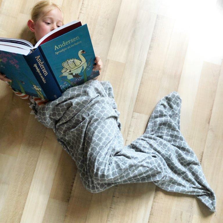 kleine zeemeermin leest sprookjes