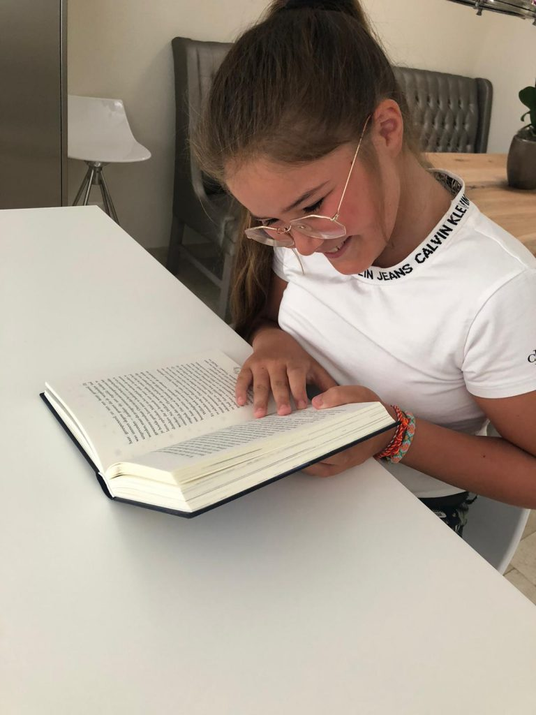 meisje leest met plezier