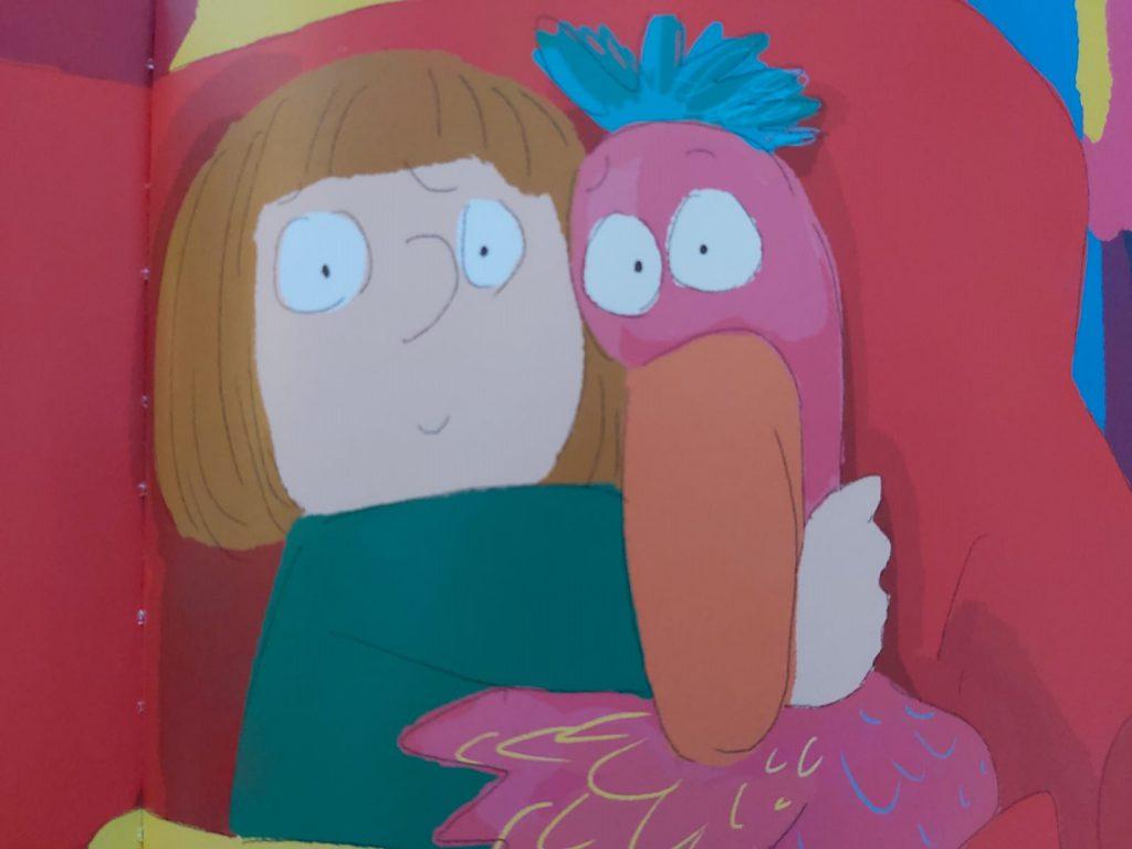 meisje knuffelt flamingo